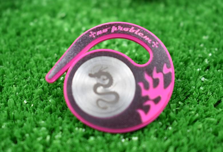 ベルトループに引っ掛けるタイプハングマーカー(ゴルフマーカー)ドラゴンシリーズ PINK